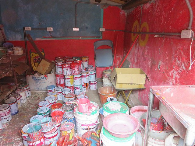 彩虹眷村の家の中にある、黄さんが使っているペンキ