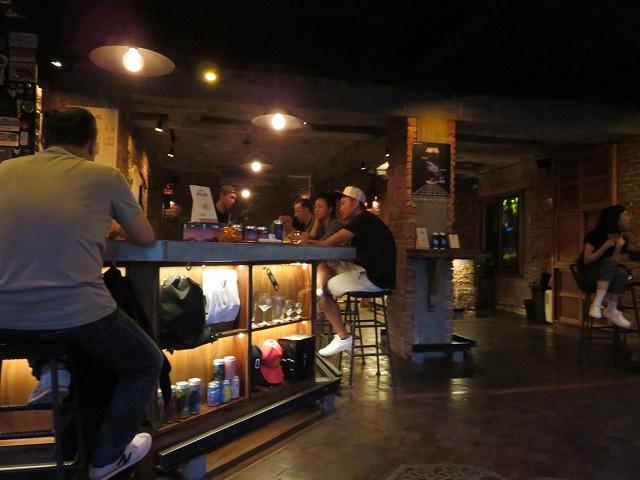 緑光計畫にあるクラフトビール屋「啜飲室 台中」の店内
