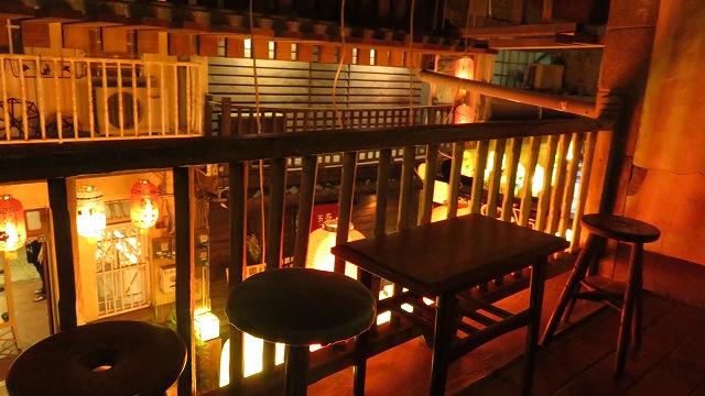台南の神農街にあるバー「TAIKOO(太古百貨店)」の店内2階