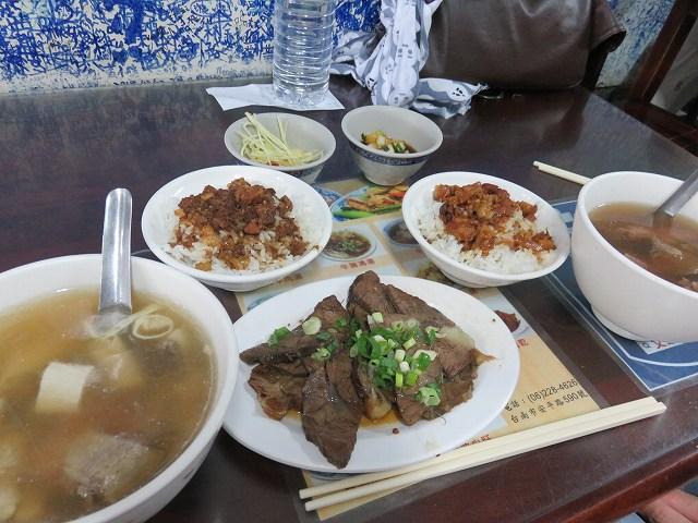 台南の「文章牛肉湯」の牛肉湯と牛肉飯