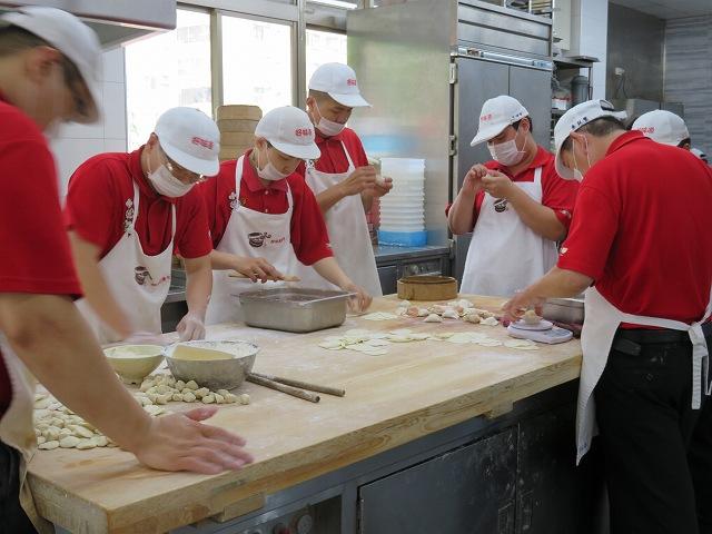台南の「上海味道小籠湯包」の厨房
