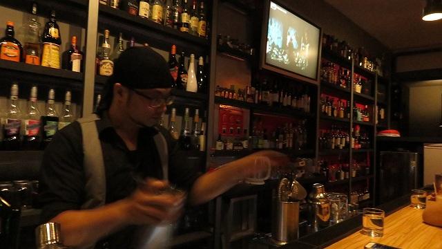 台南の「Bar Mozaiku」のカウンター