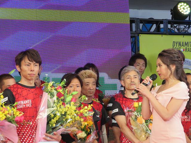 2019年多摩川SGグランドチャンピオン、オープニングセレモニーで長田頼宗選手に花束をわたすゆきぽよ