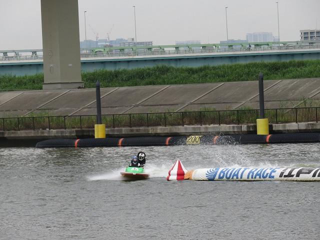 江戸川競艇場の水面を走るペアボート
