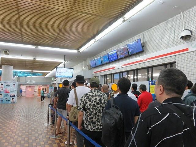 常滑競艇場のロイヤル席購入窓口に並ぶ人たち
