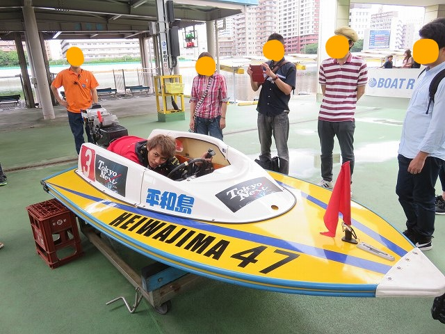 平和島競艇場で田代達也選手がボートの乗り方について説明するようす