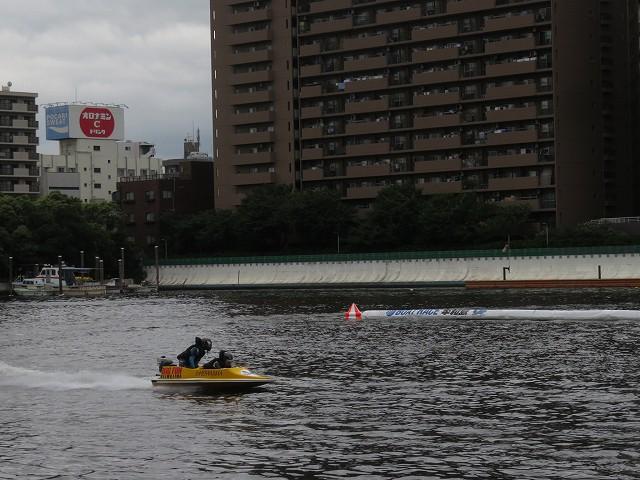 平和島競艇場のペアボートが走るようす