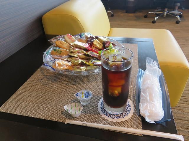 平和島競艇場のロイヤルルームAのフリードリンクとお菓子