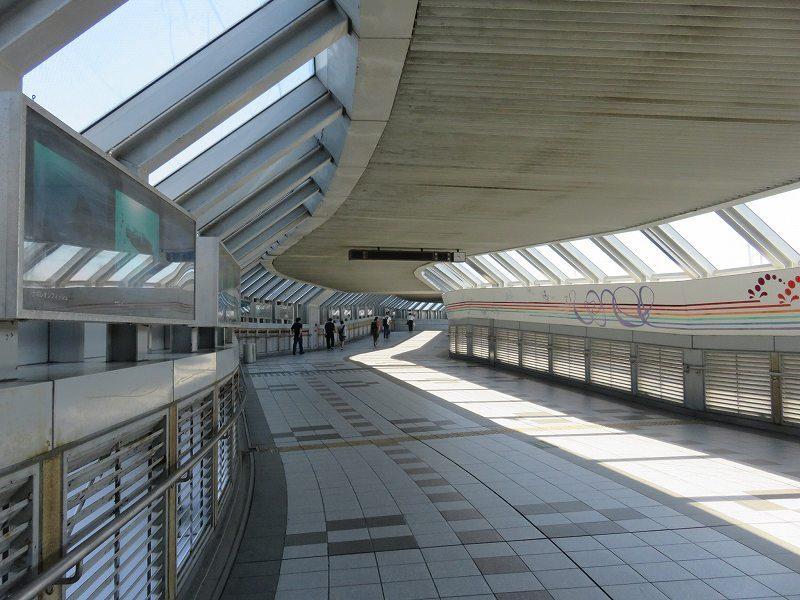 尼崎センタープール前駅から尼崎競艇場へ向かうファンロード