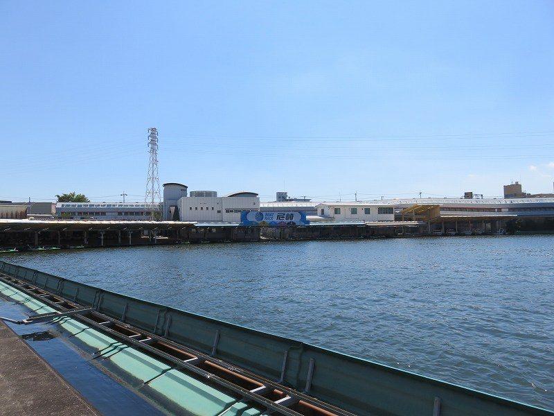 尼崎競艇場のスタンドから見た水面とピット
