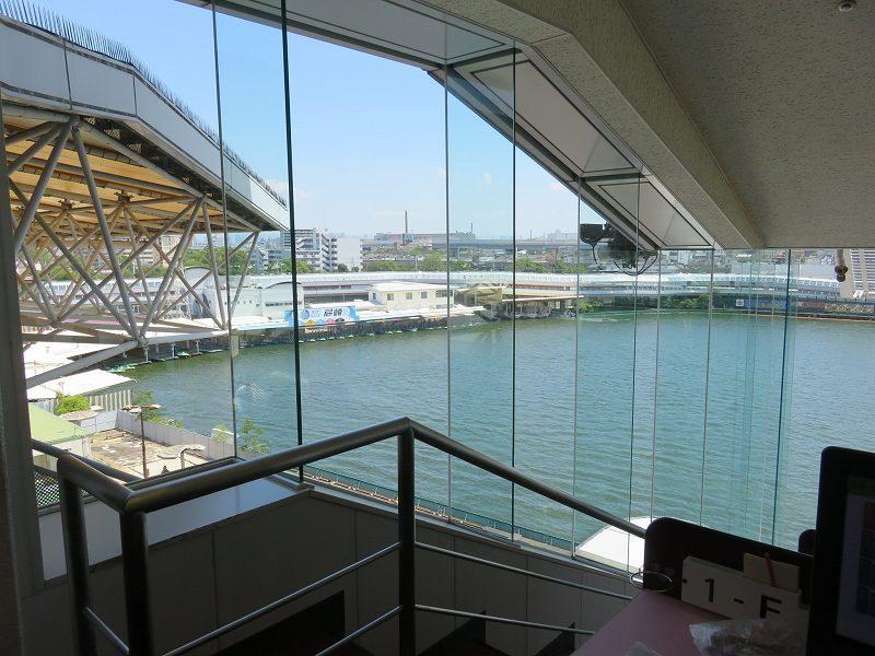 尼崎競艇場の5階有料席のペアベンチシートからの眺め