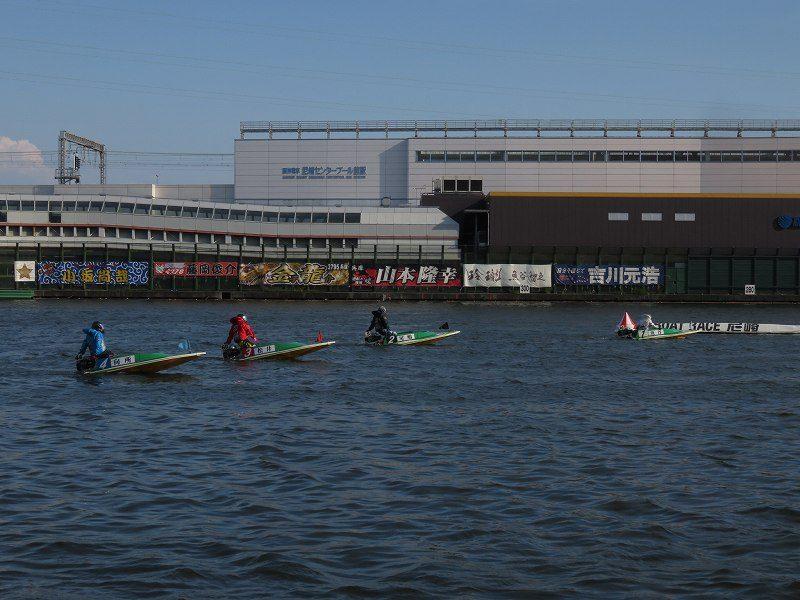 尼崎競艇場のスタンドから見た2マーク側、待機行動中の選手たち