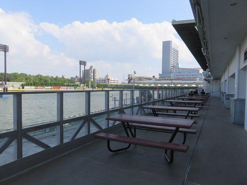 住之江競艇場の1階外テーブル席