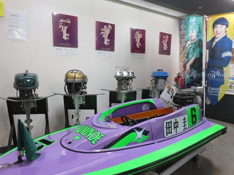住之江競艇場の総合インフォメーション内に展示してある田中圭のボート