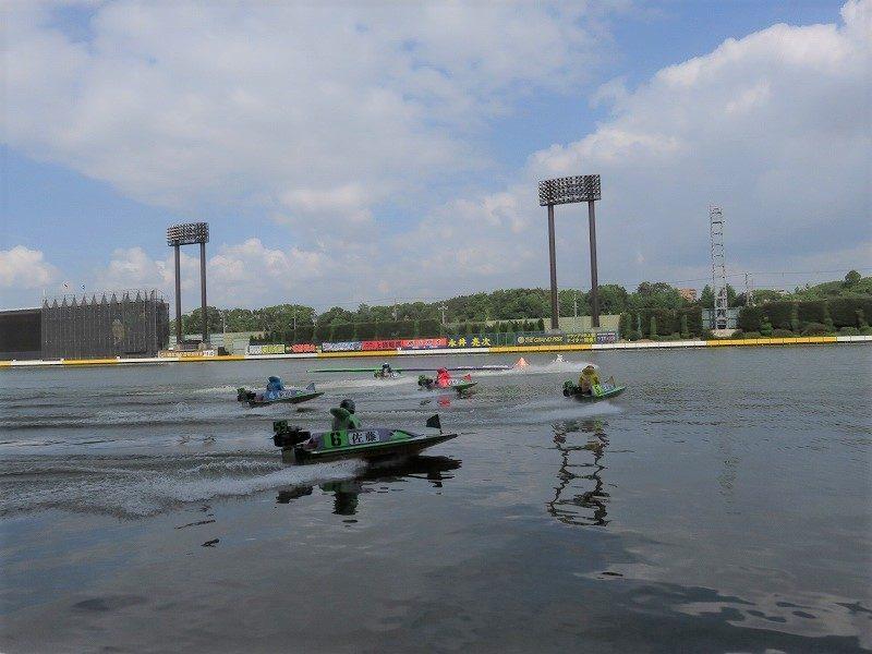 住之江競艇場の1階1マーク側水面をスタート展示で走る選手たち