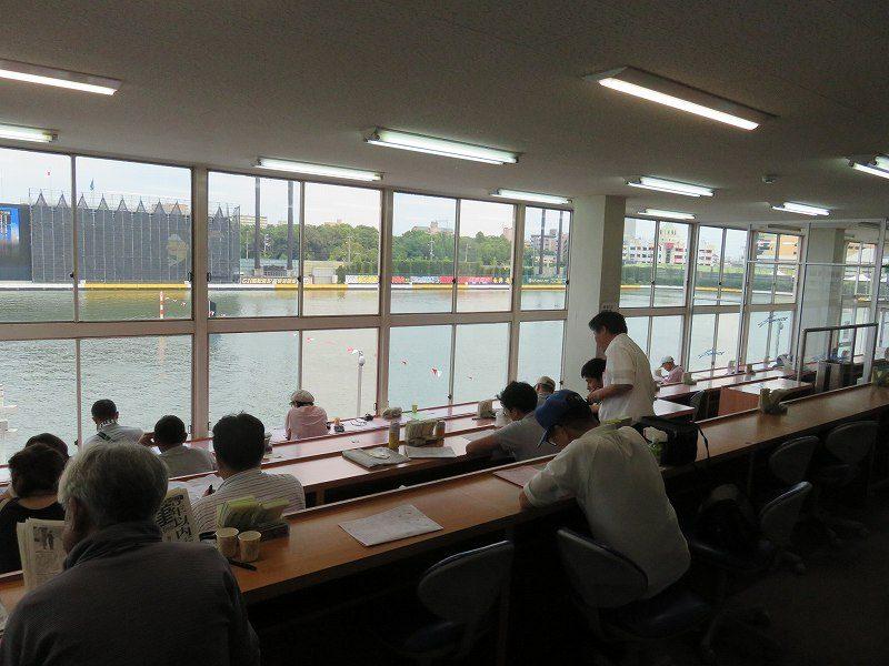 住之江競艇場の1階「中央招待席」の室内のようす