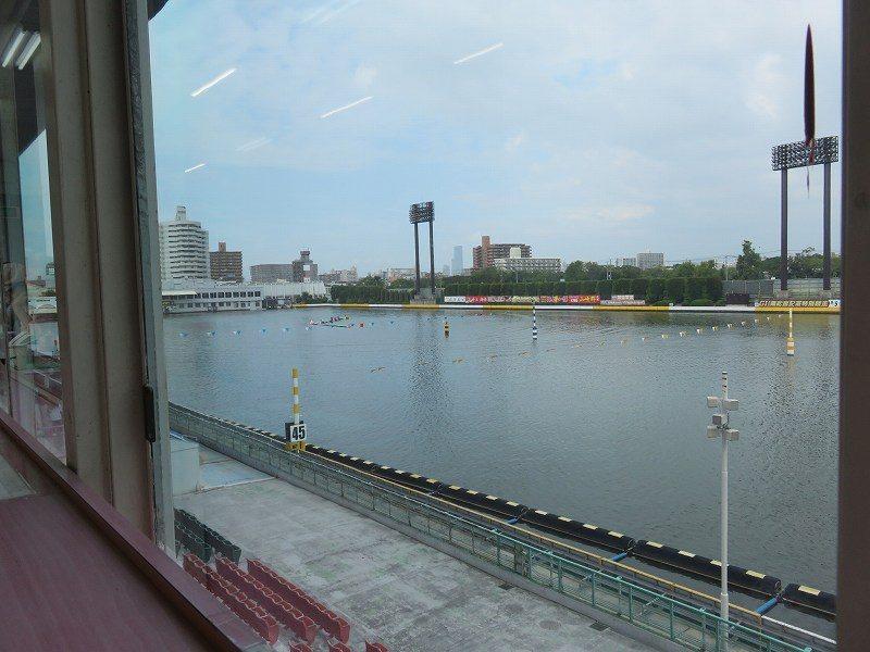 住之江競艇場の1階「中央招待席」から見た水面