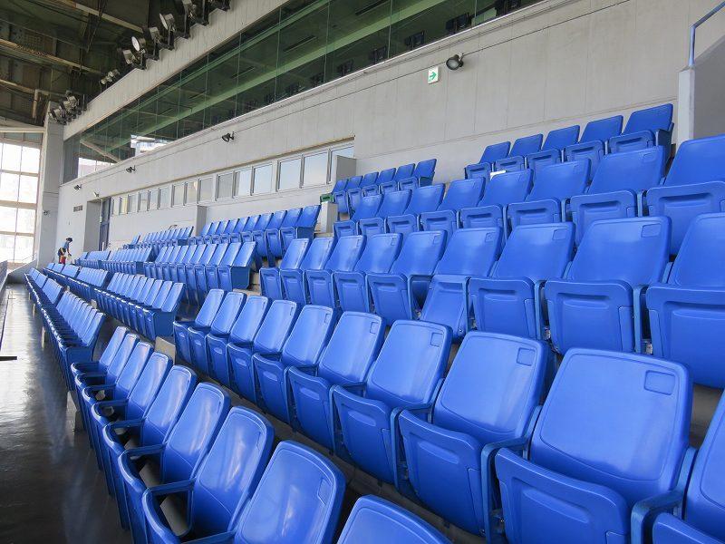 住之江競艇場の4階指定席エリアの屋外観覧席