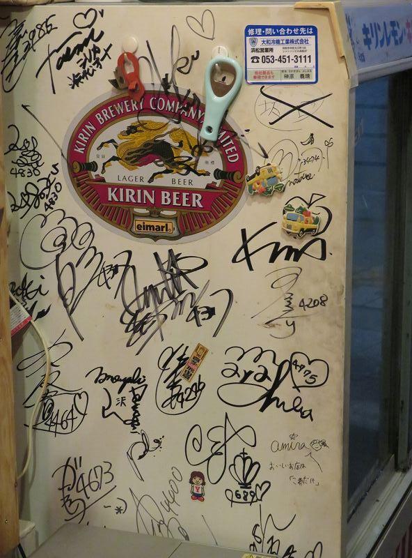 浜松駅前の居酒屋「これだけ」の店内にある冷蔵庫に書かれた競艇選手たちのサイン