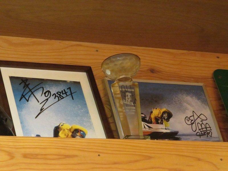 浜松駅前の居酒屋「これだけ」のカウンター内の棚に展示されている豊田結選手と鈴木孝之選手のサイン入り写真
