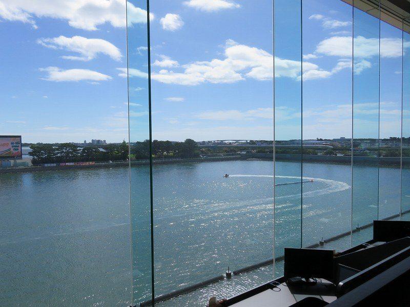 浜名湖競艇場のロイヤルルームのプレミアムエリアからの眺め