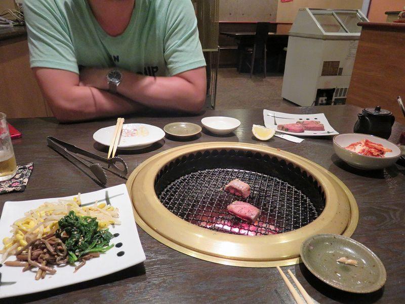 江戸川区松江の焼肉屋「成光苑」のテーブル席