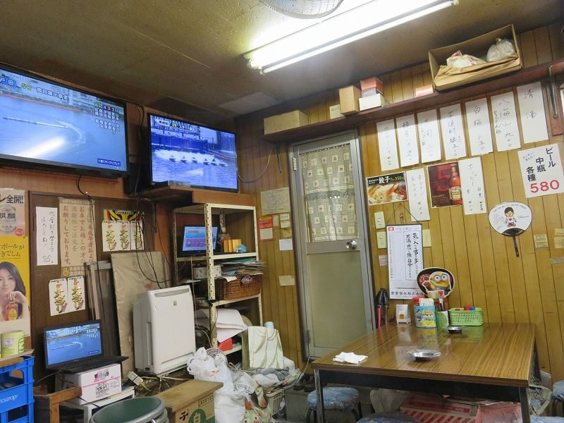 江戸川競艇場前の「大川原商店」の店内のようす