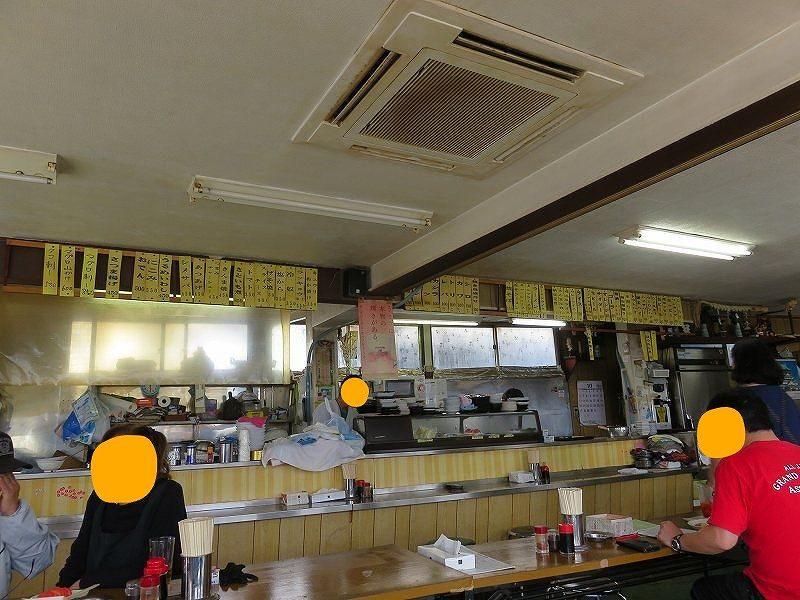 多摩川競艇場の向かいの「桑実商店」の店内のようすとメニュー