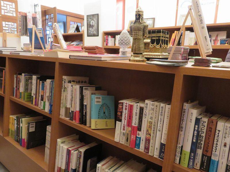 東京ジャーミイ1階の本屋の棚