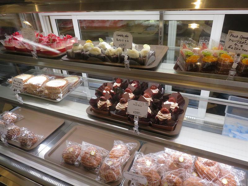 東京ジャーミイ1階ハラールマーケットで売られているケーキ