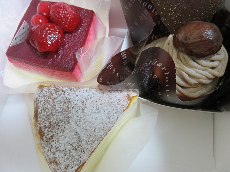 東京ジャーミイ1階ハラールマーケットで売られているモンブラン、チーズケーキ、ホワイトチョコのラズベリームース
