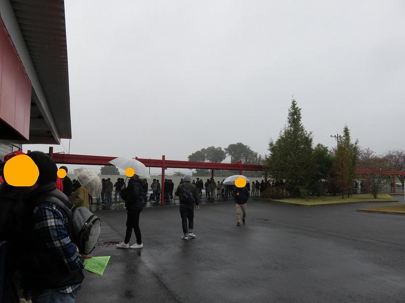 桐生競艇場の南ゲートに、指定席購入のため開門前に並ぶ人たち