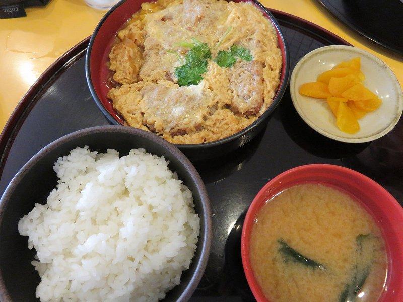 戸田競艇場3階レストラン「ワールドⅡ」のカツ煮ライス