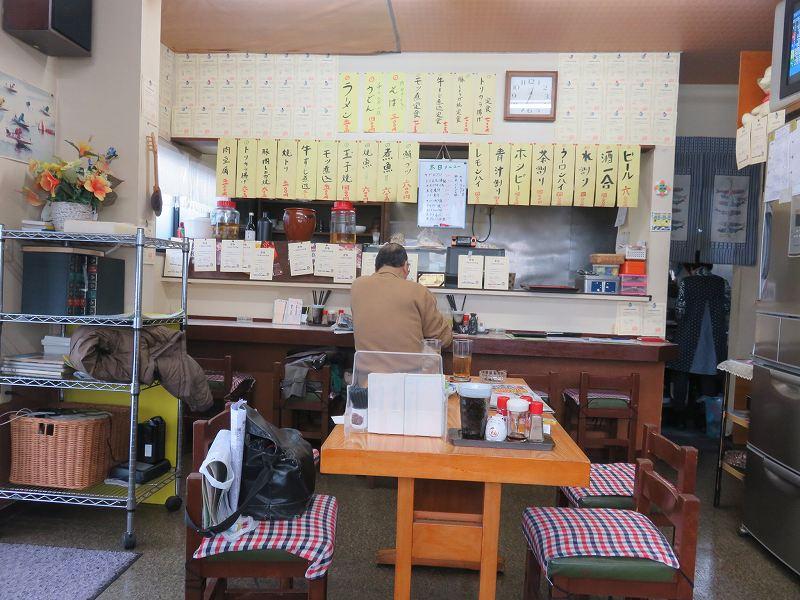 多摩川競艇場前の定食屋「大むらや」の店内のようす