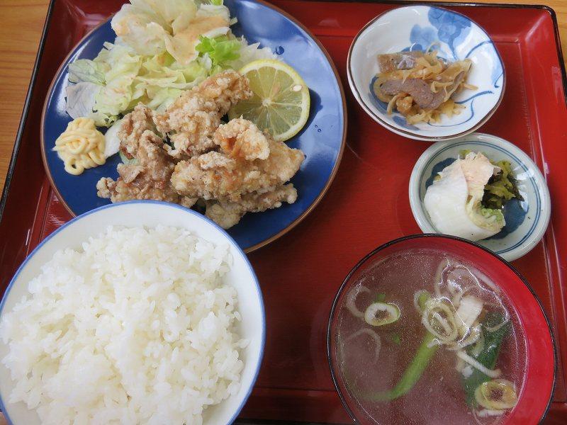 多摩川競艇場前の定食屋「大むらや」のとり唐揚げ定食(700円)