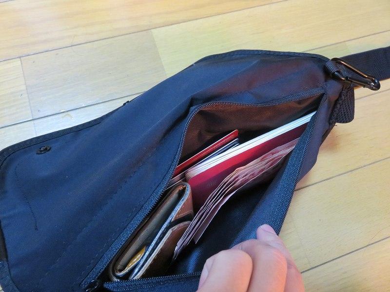 セキュリティポーチの「セキュリポラージサイズ」のシークレットポケットの中に貴重品を収納した様子