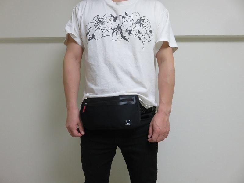 セキュリティポーチの「セキュリポラージサイズ」を男性が服の上のお腹側につけた様子