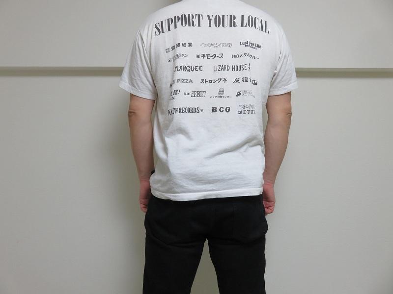 セキュリティポーチの「セキュリポラージサイズ」を男性が服の下の背中側につけた様子