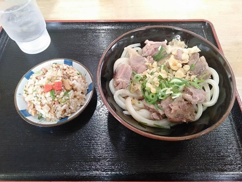 宇多津町の坂出インター近くにある「セルフうどん麺太郎」のかしわうどんとミニチャーハン