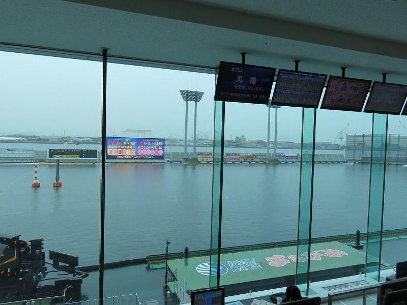 丸亀競艇場の指定席マリンシートから見た水面