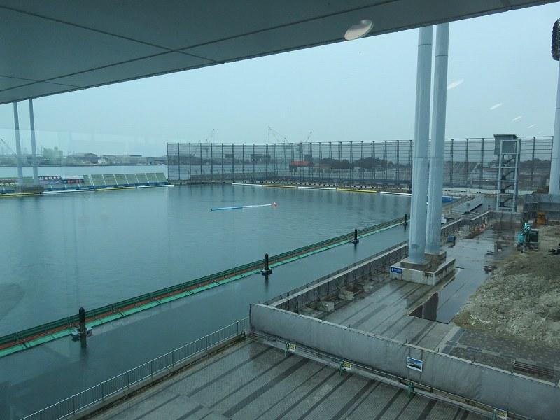 丸亀競艇場の指定席マリンシートの、最も1マーク寄りの席から見た水面