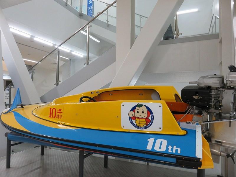 丸亀競艇場の2階に展示されているボート