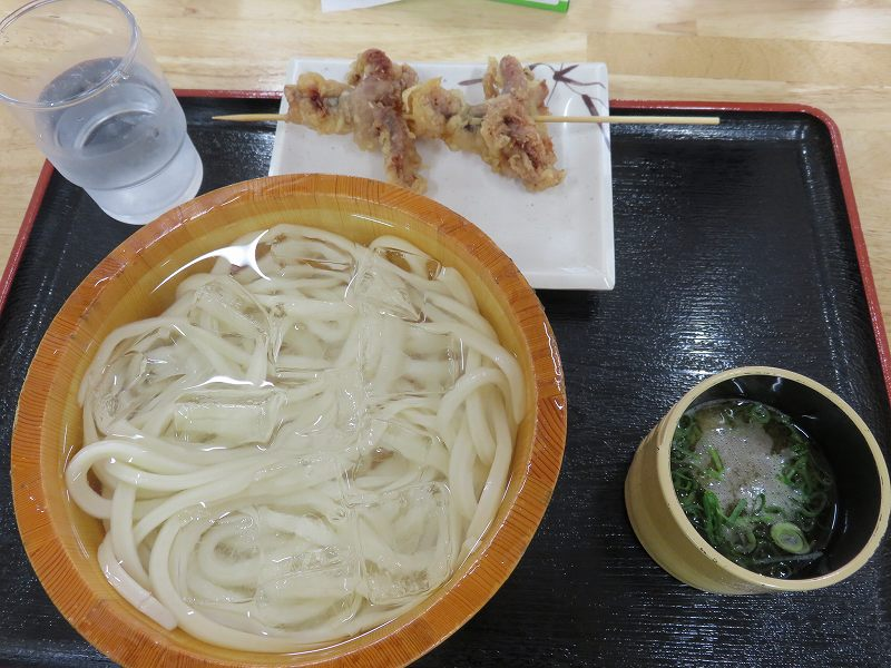 宇多津町の坂出インター近くにある「セルフうどん麺太郎」の冷やしうどんとイイダコの天ぷら