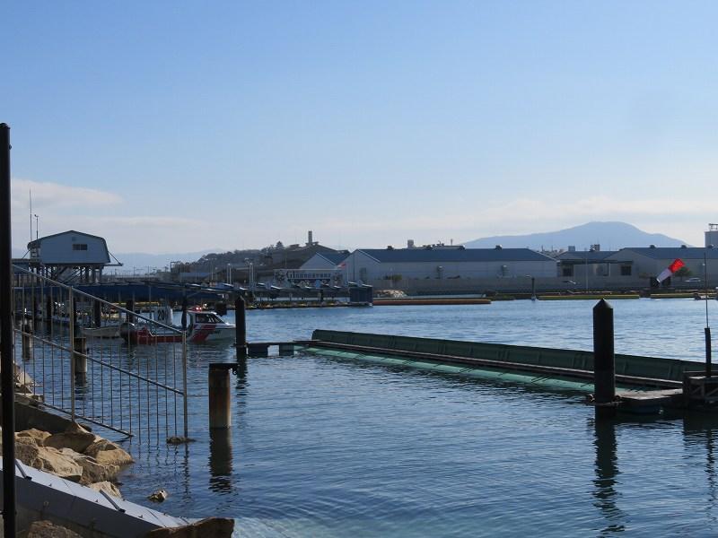 丸亀競艇場の、2マーク側から見たピットのようす