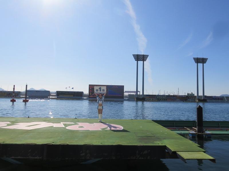 丸亀競艇場の屋外ステージに立つブルーナイターエンジェル