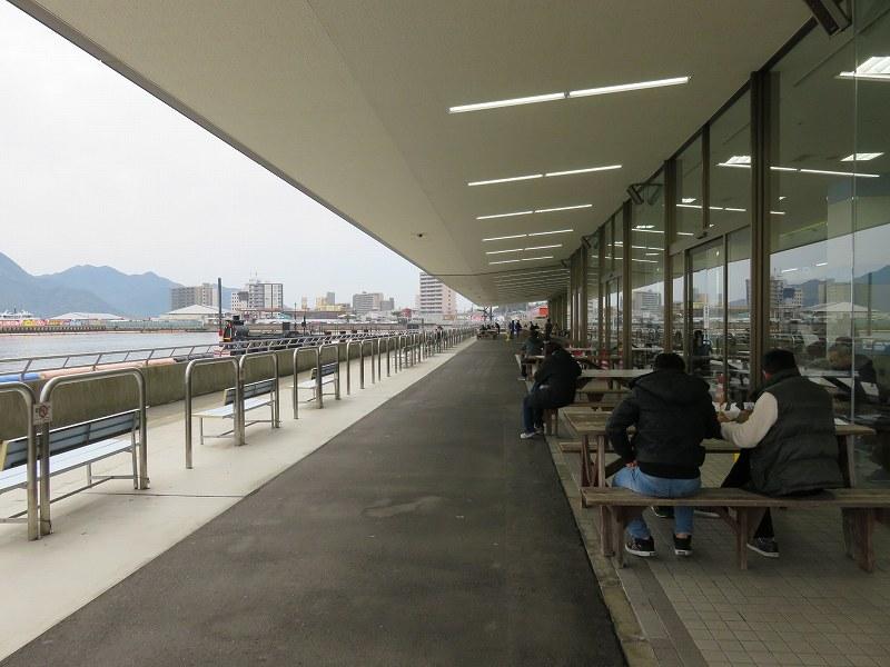 宮島競艇場の1階外にあるテーブル席