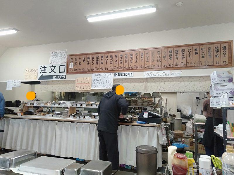 宇多津町の坂出インター近くにある「セルフうどん麺太郎」の店内のようす