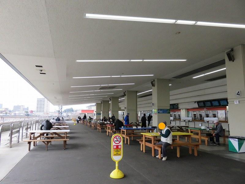 宮島競艇場1階外スタンドにあるテーブル席