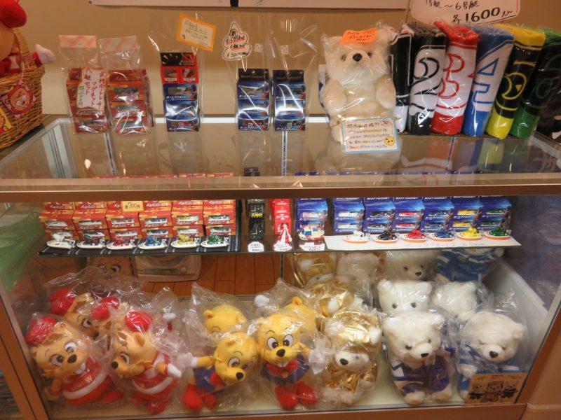 ボートレース戸田1階「メディアギャラリー」のグッズ売り場にあるウインビーとウインクのぬいぐるみ