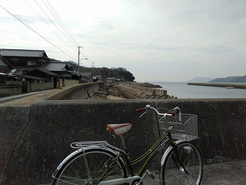 丸亀市本島の海沿いの通り
